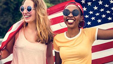 mulheres segurando bandeira americana